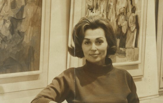 Lilli Palmer at an exhibition of her own paintings in 1965