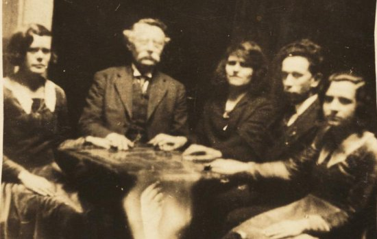 Group of people at a séance