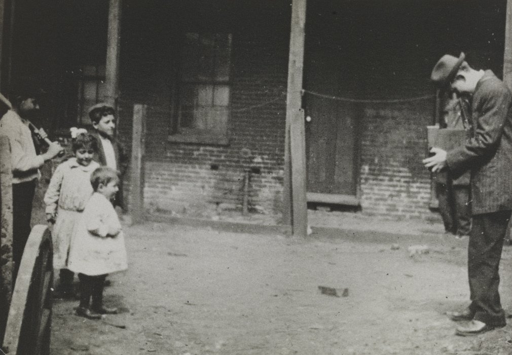 Lewis Hine photographing children in a slum, c.1910 © Science Museum Group collection